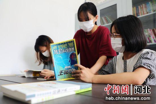 平乡县寻召乡王家桥村青少年在农家书屋阅读。 姚友谅 摄