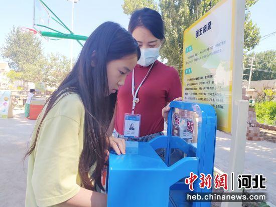 """平乡县科学技术协会""""科普大篷车""""巡展活动现场。 李冰冰 摄"""