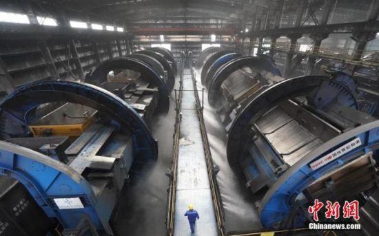资料图为曹妃甸港铁路重载运输万吨列车卸车点的翻车机房内正在进行卸煤作业。 中新社记者 张兴龙 摄