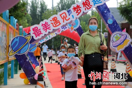 2021年9月3日,河北省肃宁县第六实验小学新同学在家长的陪伴下走进校园。 刘巨雷 摄