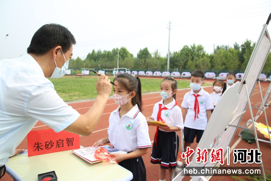 2021年9月3日,校长苏天欢亲自为新同学朱砂启智。 刘巨雷 摄