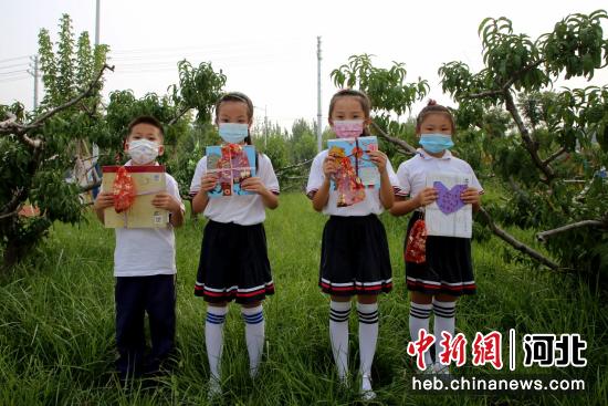 2021年9月3日,新同学领到新书籍开启新学年。 刘巨雷 摄