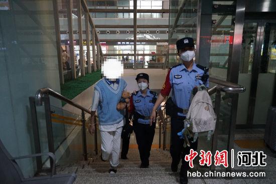民警接小姑娘下车。 供图