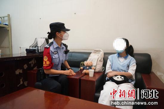 女民警和小姑娘谈心。 供图