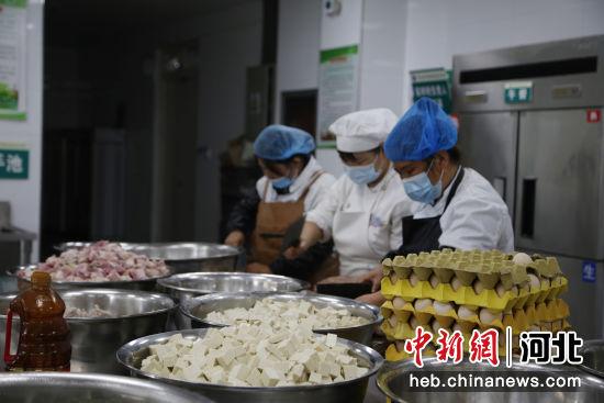 营养餐工作人员在加工食材原料。 张鑫 摄