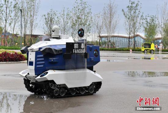 图为9月6日,智能雄安建设发展论坛及数字雄安之夜活动现场,智能网联安防巡逻车正在巡逻。 韩冰 摄