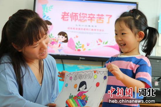 平乡县直一幼的孩子用稚嫩小手画出自己心中最美的老师。 梁玉洁 摄