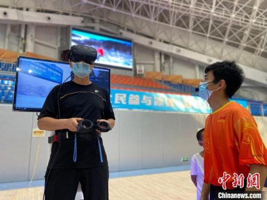 市民体验VR高山滑雪。 王鹏 摄