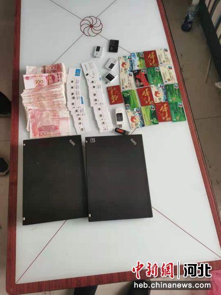 警方在现场查获的电话卡、银行卡、现金。 宁晋县公安局供图