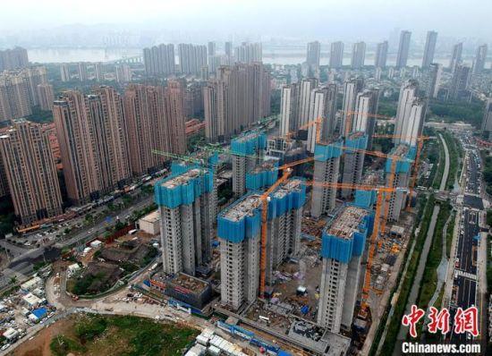 资料图:正在建设的住宅区。(无人机拍摄) 中新社记者 吕明 摄