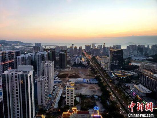资料图:城市一景。 王晓斌 摄