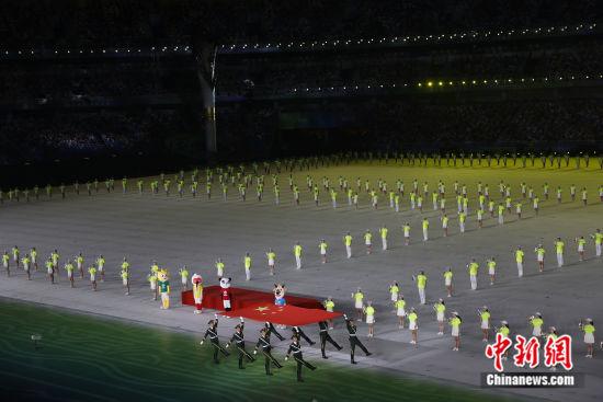 入场的国旗方阵。中新社记者盛佳鹏 摄