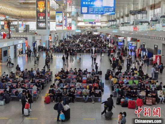资料图:南京南站的旅客 朱晓颖 摄