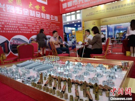 图为展览会上,采购商与参展商在洽谈业务。 王天译 摄