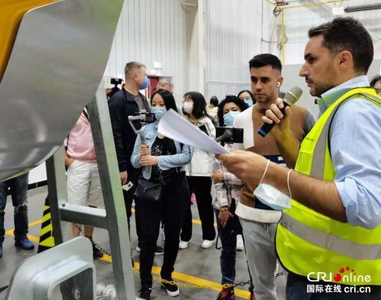 天冰冰雪设备张家口有限公司总经理保罗(右一)为大V们介绍产品 摄影 李胜兰