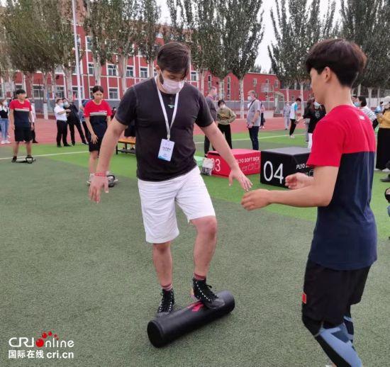 克罗地亚摄影师马丁在宣化二中操场与学生互动 摄影 李胜兰