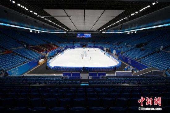 """资料图:4月8日,运动员在花样滑冰女子单人滑比赛前训练。当日,""""相约北京""""冰上项目测试活动花样滑冰比赛在北京的首都体育馆进行,这是该场馆完成冬奥改造后的首次亮相。北京2022年冬奥会期间,首都体育馆将承担短道速滑和花样滑冰项目的比赛。 中新社记者 富田 摄"""