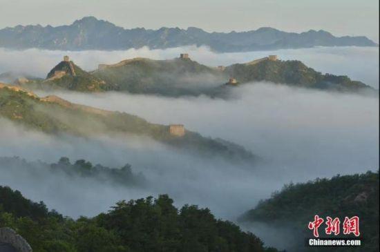 资料图:7月2日,雨后清晨,河北省承德市滦平县金山岭长城景区,出现壮观云海景观。图片来源:视觉中国