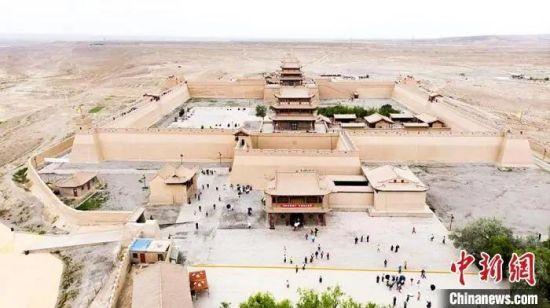 资料图:7月中旬,世界文化遗产――嘉峪关,它是中国明代万里长城的西端起点。高展 摄