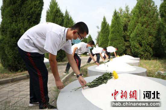 同学们向回民支队烈士墓敬献鲜花。 崔广义 摄