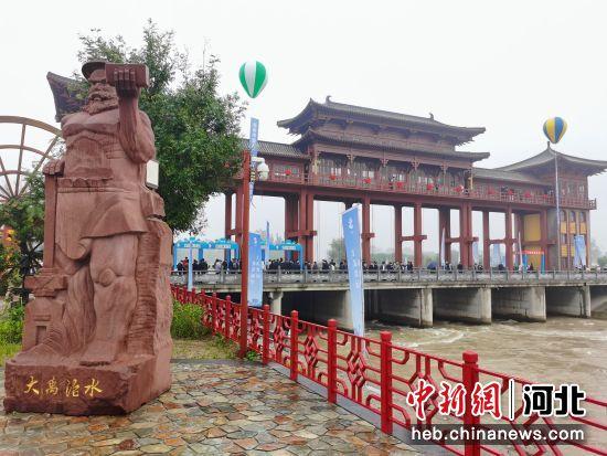游客在该市新华区王希鲁闸所水利研学公园参观。翟羽佳 摄