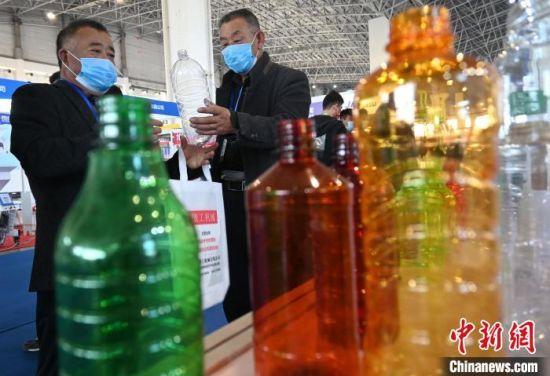 图为第三届中国・沧县塑料中空制品展览会现场。 翟羽佳 摄
