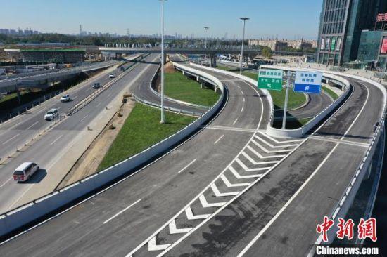 图为通燕高速燕郊出口立交枢纽。 刘向 摄