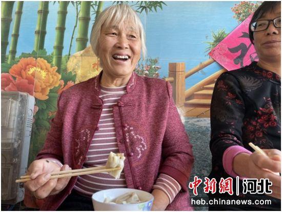 饺子宴上,谭存玉老人开心的合不拢嘴。 李灵娟 摄