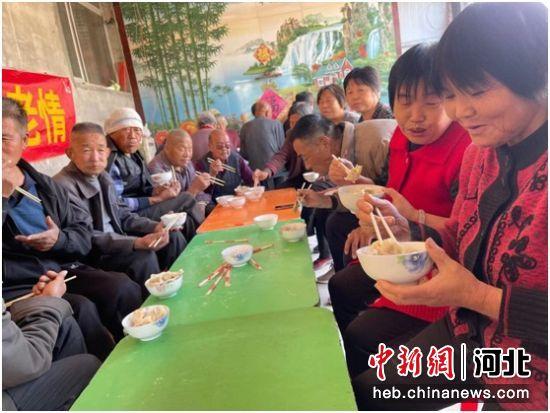 """60岁以上老人在""""幸福院子""""共享饺子宴。 李灵娟 摄"""