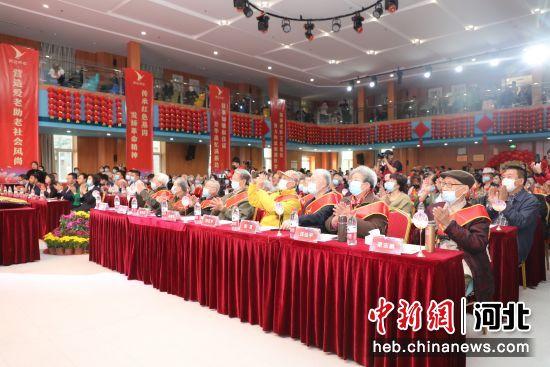 图为老人们在燕达养护中心金色年华大厅举行重阳节活动。 李东辉 摄