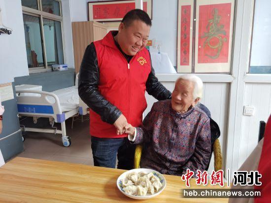 邢台经济开发区工作人员在慰问老人。 任永利 摄