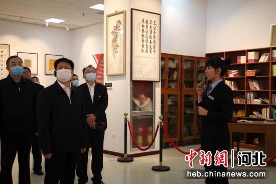 沧州市委书记康彦民一行来到县文化展览中心观摩。李思广 摄