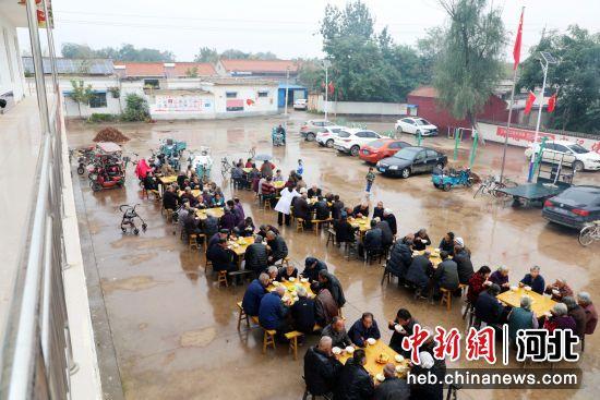 平乡县鲁集村举办孝老爱亲饺子宴。 李冰冰 摄