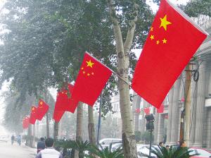 五星红旗飘扬省城街头