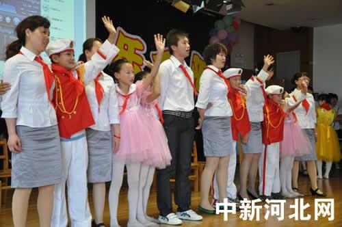 图为秦皇岛市特殊教育学校的老师和孩子们一起唱歌