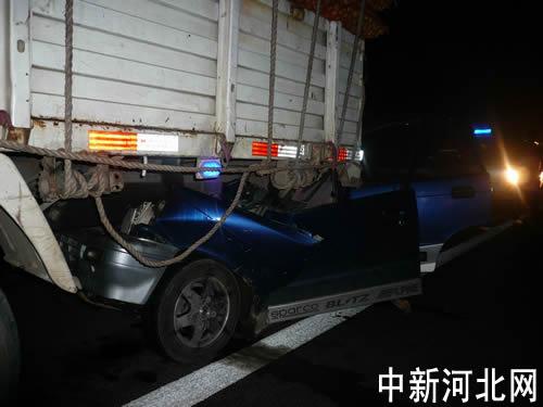 石黄高速发生一轿车与一货车追尾事故.-石黄高速发生一起追尾事故 高清图片