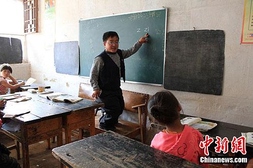郭省老师正在给学前班的孩子们上汉语拼音课