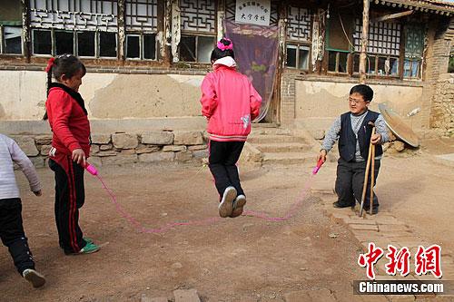 郭省老师正在和学生们玩跳绳