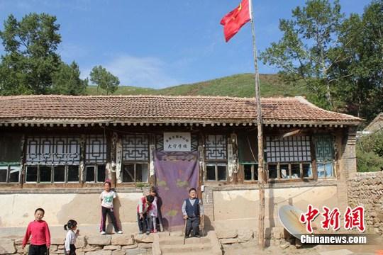 郭省老师和蔚县宋家庄镇中心小学大宁学校的孩子们