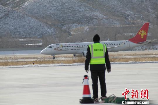 中新网张家口12月21日电(谭地 宋锦丰 谢利明)21日,天津航空公司E-190飞机在河北张家口军民合用机场试飞成功。张家口市民用航空机场负责人表示,此举标志着张家口军民合用机场具备通航条件。   21日12时55分,由天津机场起飞的天津航空公司E-190飞机抵达张家口机场上空,盘旋了两圈之后,安全降落在机场跑道。   据张家口市交通局办公室负责人袁伟杰介绍,张家口军民合用机场位于市区东南约10公里处的高新区姚家庄镇。项目规划定位为国内支线机场,按民航4C级标准建设。使用机型以CRJ200、ERJ14
