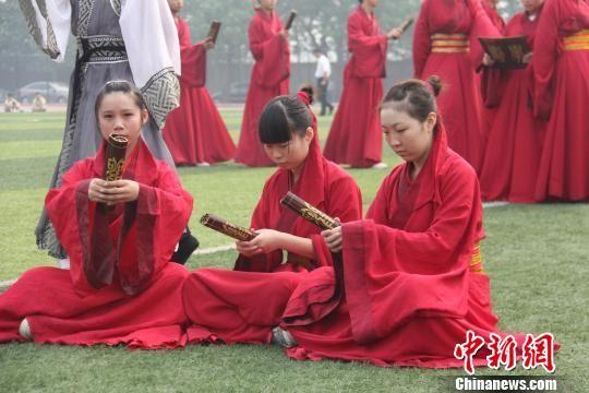 图为邯郸市荀子中学学生表演的情景剧荀子《劝学篇》. 马继前 摄-河图片