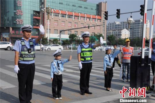 """河北邯郸""""萌娃交警""""儿童节陪妈妈指挥交通"""