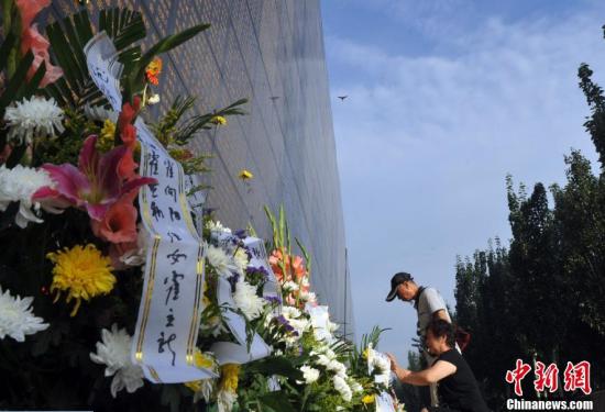 """唐山大地震41周年 民众""""纪念墙""""前缅怀亲人"""