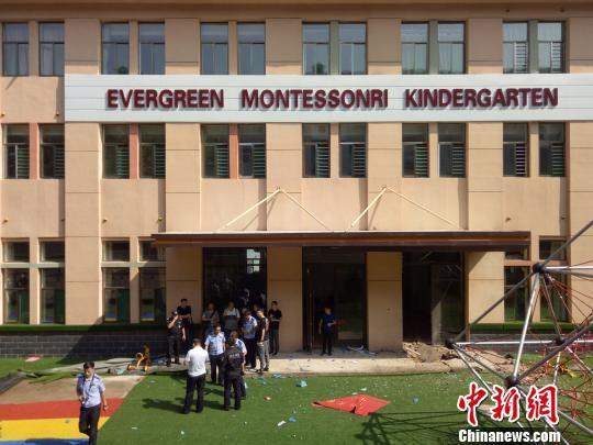 石家庄一幼儿园暖气管道井盖炸开 居民玻璃被震碎