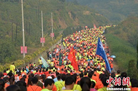 史冬鹏等体育冠军领走中国迁安国际长城徒步大会
