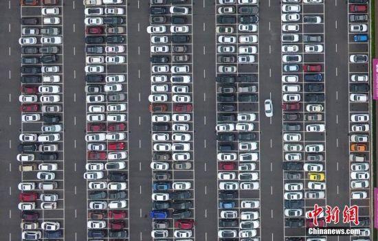 """""""五一""""小长假景区车辆爆棚 俯瞰停车场犹如电路板"""