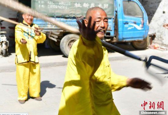"""河北一农民练就传统民间绝技""""滚钢叉"""""""