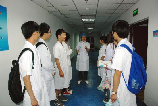 承德医学院学生到承德县医院上医学导论见习课