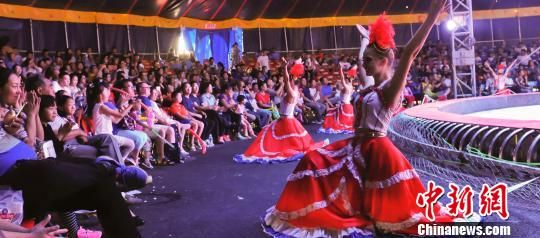 技艺术节上演 马戏嘉年华 大象吹口琴跳舞成明星