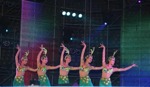 由东方歌舞团表演的 吉祥孔雀